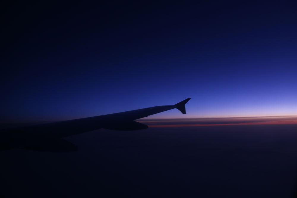 طلوع خورشید از پنجره هواپیما