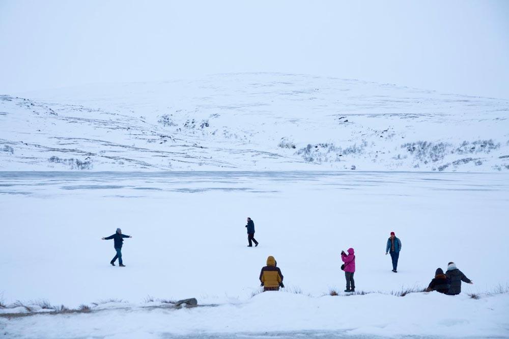 بازی روی دریاچه یخ زده