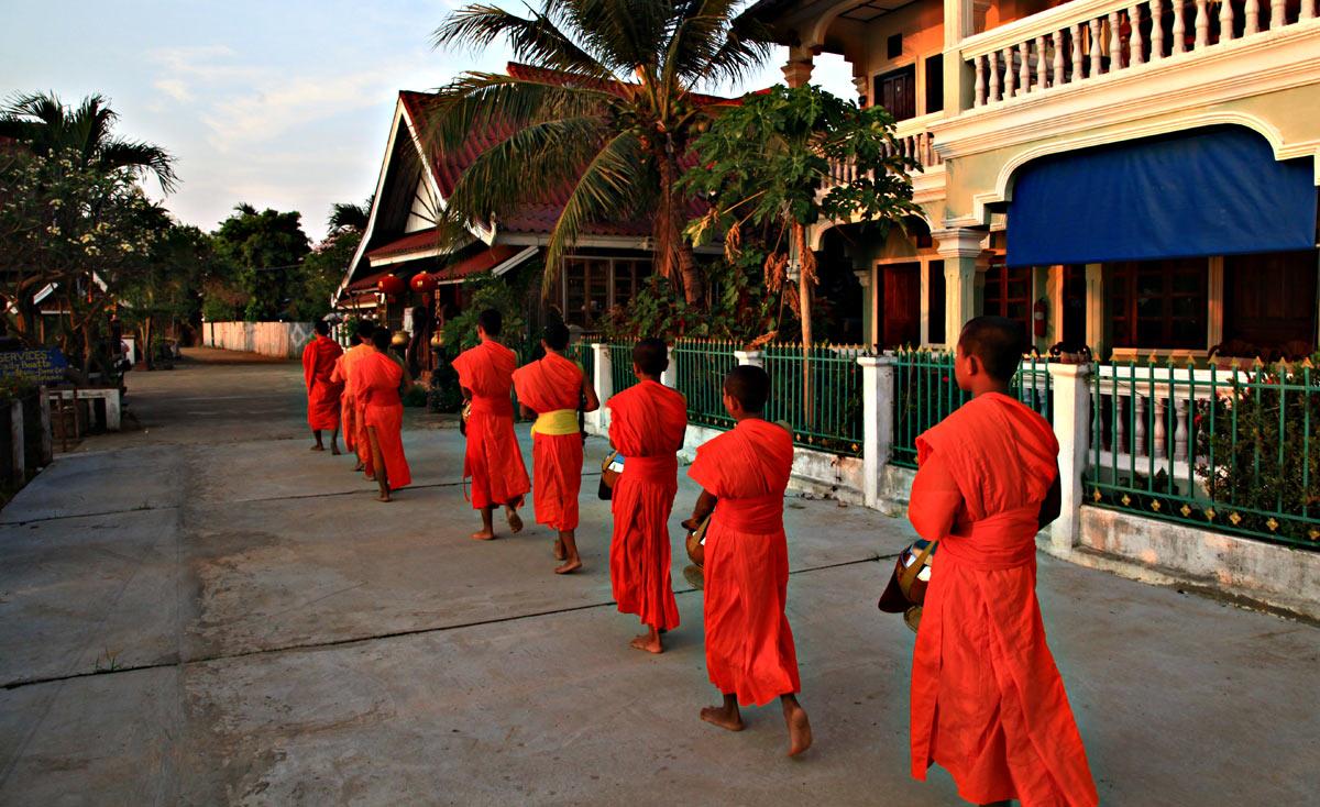 راهبان بودایی در حال نیایش
