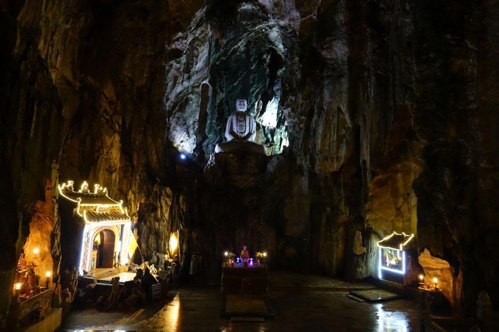 معبد بودا داخل غار در ویتنام
